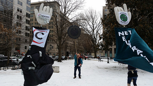 Ativista protesta pela neutralidade de rede nos EUA. Imagem: Backbone Campaign. Licença de uso: CC-BY 2.0