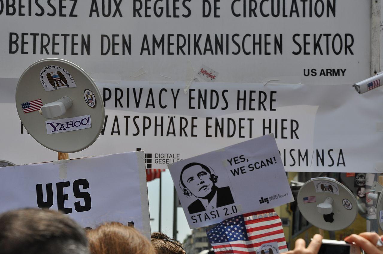 Alemães protestam por privacidade e contra o escândalo de vigilância em massa delatado pelo ex-funcionário da Agência Nacional de Segurança (NSA) dos Estados Unidos, Edward Snowden. Imagem: Digitale Gesellschaft / Licença: CC-BY SA 2.0.