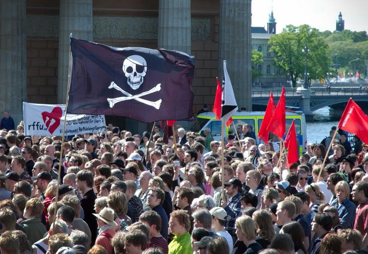 Os direitos autorais causam controvérsia nos debates sobre a regulação da Internet desde os primórdios da rede. A foto é de um protesto pelo livre compartilhamento de arquivos, do Partido Pirata sueco. Imagem: Jon Aslund / Licença: CC BY 2.5