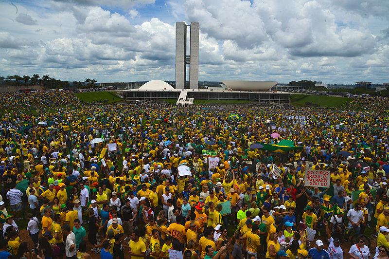 Imagem: Manifestação contra o governo e a corrupção na Esplanda dos Ministérios (José Cruz/Agência Brasil), em https://www.flickr.com/photos/fotosagenciabrasil/16204919113. CC-BY 2.0.