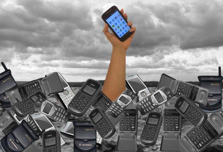 O que é mais privado: tudo o que está salvo no seu celular, o que pode incluir vinte anos de e-mails, ou o conteúdo de uma ligação que você realiza? (Ilustração: Juliana Pacetta Ruiz)